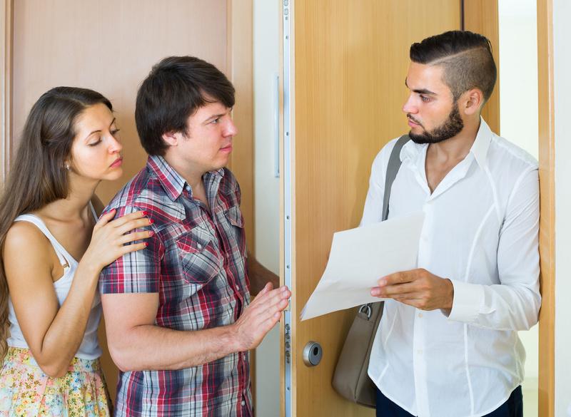 Коллектор выбивает долг у двери молодой семьи
